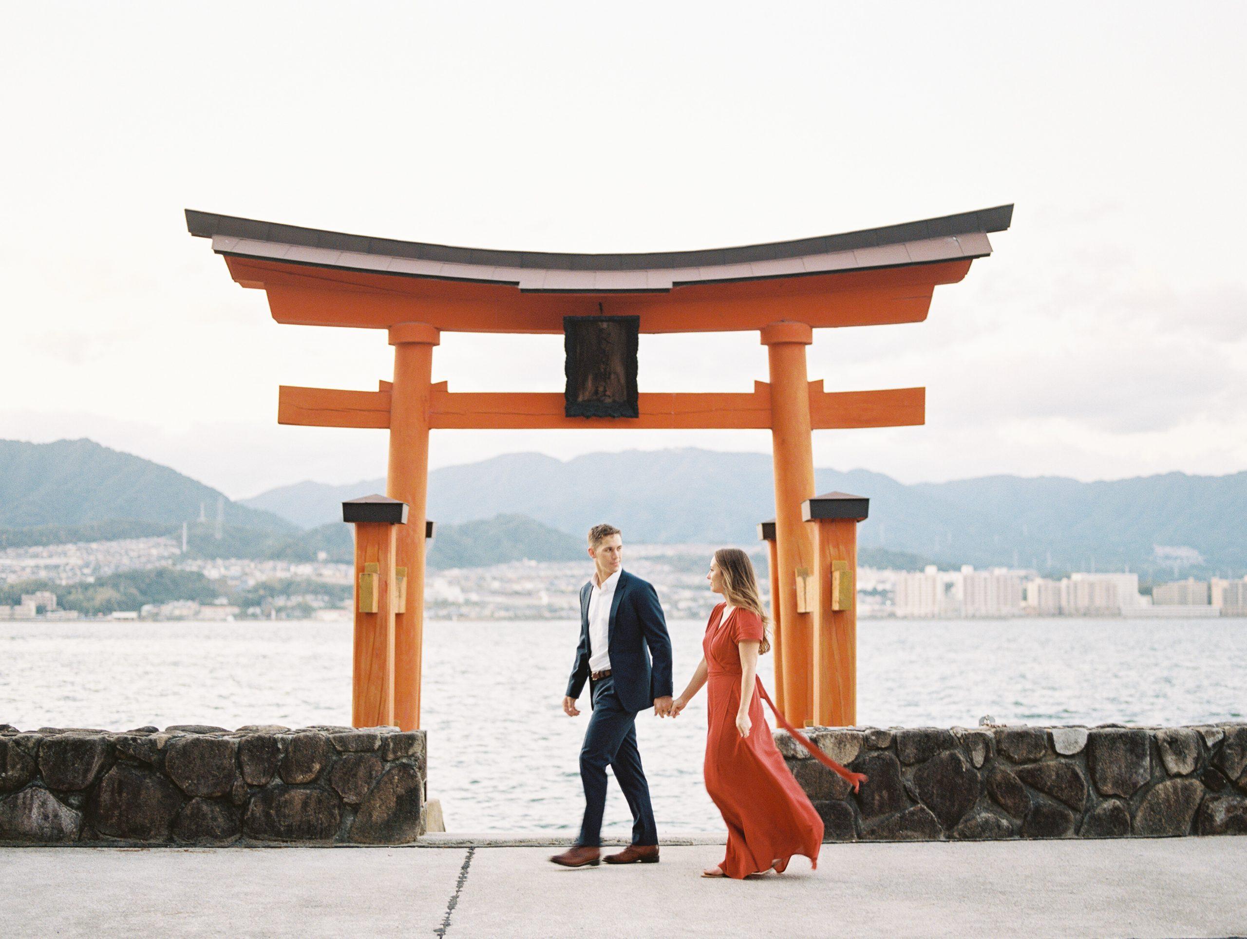 couple at miyajima island